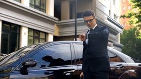 Fastighetchef som kommer till det viktiga mötet i tid, trafik i storstaden royaltyfri foto