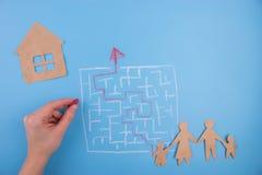 Fastighetlabyrint för barnhand för bakgrund svart toy för hus Royaltyfri Fotografi