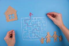 Fastighetlabyrint för barnhand för bakgrund svart toy för hus Royaltyfria Foton