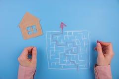 Fastighetlabyrint för barnhand för bakgrund svart toy för hus Royaltyfria Bilder