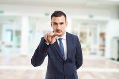 Fastighetsmäklare- eller entreprenördanande som håller ögonen på dig att göra en gest arkivbild
