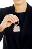 Fastighetsmäklare ger tangenterna till en lägenhet Royaltyfri Bild