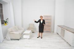 Fastighetsmäklare som föreslår att besöka lägenhet-lägenheten arkivbild