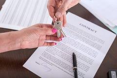 Fastighetsmäklare som ger hustangenter till hans klient Royaltyfria Foton