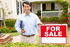 Fastighetsmäklare som plattforer det utvändiga huset Arkivbild