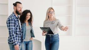 Fastighetsmäklare som säljer fördelar för nytt hus