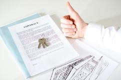 Fastighetsmäklare som tillfredsställs med ett avtal Fotografering för Bildbyråer