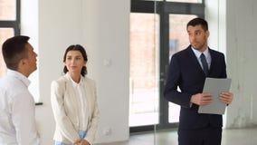 Fastighetsmäklare som visar nytt kontorsrum till kunder stock video