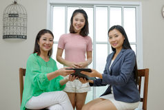 Fastighetsmäklareslut ett avtal Asiatisk familj som köper det nya hemmet, busi Arkivbilder