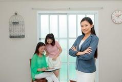 Fastighetsmäklareslut ett avtal Asiatisk familj som köper det nya hemmet, busi Arkivfoton