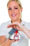 Fastighetsmäklare med huset och tangent Arkivfoto