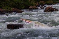 Fastklämda flodforsar för kanot Arkivbild