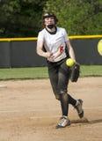 Fastpitch在比赛的垒球投手 库存照片