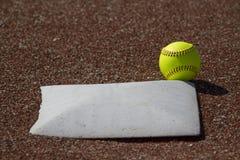 Fastpitch för ganska boll softball Arkivbilder