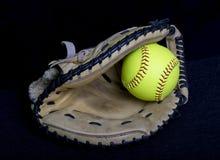 Fastpitch softballa łapaczy mitenka Z Żółtą piłką Obrazy Royalty Free