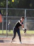 Fastpitch softballa gracz skupiający się na grą obrazy stock