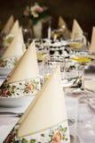 Fastställd banketttabell, dekorativa servetter och exponeringsglas med vermut Royaltyfri Foto