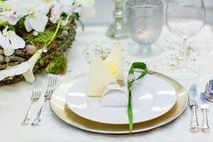 Fastställd garnering för elegant och romantisk tabell för att gifta sig eller händelse p royaltyfria foton