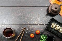 Fastställd sashimi för sushi och sushirullar på mörk bakgrund Arkivbilder