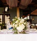 Fastställd tabell för blå en dekorerad bröllopmatställe för vit och för aqua royaltyfria bilder