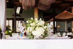 Fastställd tabell för blå en dekorerad bröllopmatställe för vit och för aqua royaltyfria foton