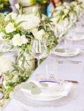 Fastställd tabell för blå en dekorerad bröllopmatställe för vit och för aqua arkivbild