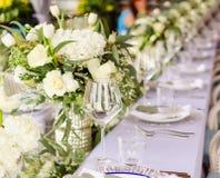 Fastställd tabell för blå en dekorerad bröllopmatställe för vit och för aqua arkivfoto