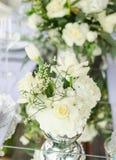 Fastställd tabell för blå en dekorerad bröllopmatställe för vit och för aqua arkivbilder