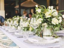 Fastställd tabell för blå en dekorerad bröllopmatställe för vit och för aqua royaltyfri foto
