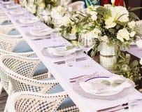 Fastställd tabell för blå en dekorerad bröllopmatställe för vit och för aqua royaltyfri bild