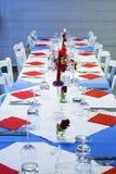 Fastställd tabell med rosor och stearinljus arkivfoto