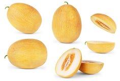 Fastställda mogna melon med skivor som isoleras på vit bakgrund Arkivfoton