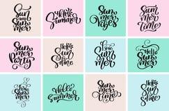 Fastställda typografiska hälsningsommardesigner Hand drog för textdesign för vektor calligraphic mallar Logoer för säsong för som royaltyfri illustrationer