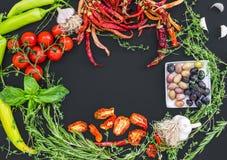 Fastställt bestå för medelhavs- grönsak av vitlök, chrry-tomater royaltyfri fotografi