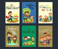 Fastställt lyckligt kort för hälsning för faderdag, farsagyckel med ungar, förälder av små barns familjsemestern, pappaförälskels Arkivfoto