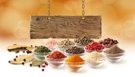 Fastställt och träbräde för krydda royaltyfria foton