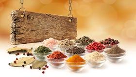 Fastställt och träbräde för krydda royaltyfri foto