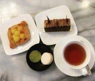 Fastställt te och sötsak arkivfoton