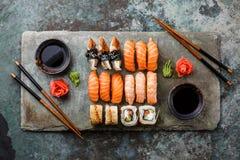 Fastställd sashimi för sushi och sushirullar Royaltyfri Foto