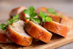 Faszerować kurczak rolki Pokrojone kurczak rolki na drewnianej desce zbliżenie Zdjęcia Royalty Free