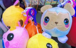 Faszerować zabawki różnorodni kolory w ulicie robią zakupy zdjęcia stock