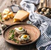 Faszerować pieczarki z przepiórek jajkami i parmesan serem Obrazy Stock