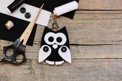 Faszerujący odczuwany sowa ornament, czarny i biały filc ciąć na arkusze, nożyce, nici, guziki na starym drewnianym tle z kopii p Obraz Royalty Free