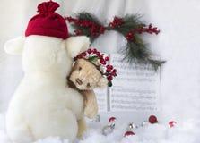 Faszerujący zabawkarski jagnięcy trzymający troszkę zabawkarskiego brown niedźwiedzia Zdjęcia Royalty Free
