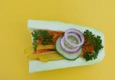 Faszerujący zucchini na żółtym tle zdjęcia stock