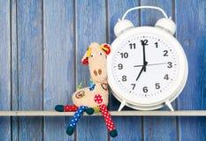 Faszerujący zwierzęcy zegar dla pora snu i żyrafa Obraz Royalty Free