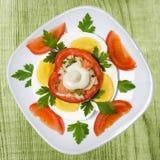 Faszerujący jajka na talerzu i pomidor Fotografia Stock