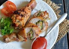 Faszerujący kurczaka drumstick piec na grillu Zdjęcia Royalty Free