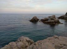 Faszinierende Felsen in dem Meer Stockfotografie
