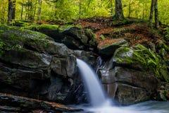 Faszinierender Wasserfall Stockfotografie